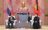 國會主席阮氏金銀(右)接見柬埔寨王國國會主席韓桑林。(圖源:VOV)