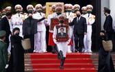 政府總理阮春福與國會主席阮氏金銀護送原總書記黎可漂靈柩上靈車。(圖源:越通社)