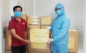 Chicilon Media 代表人向峴港腫瘤醫院捐贈防護用品。