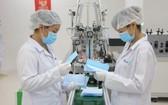 Ecom Net公司技術員正檢查出廠醫用口罩的質量。(圖源:Ecom Net)