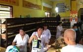 興光寺診所的醫生們正為病人抓藥。