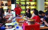 大發餅家總經理許玉林(中)在新聞發佈會上介紹該餅家的月餅。。