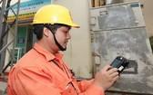 電力公司員工抄錄電錶指數。