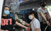 人民參加人道捐血活動。