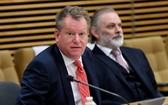 英國脫歐談判首席代表大衛‧弗羅斯特(左)。(圖源:路透社)