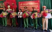 北寧省人委會主席阮香江(左三)向成功解救阮高嘉寶事件中有出色成績的單位頒獎。(圖源:VOV)