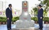 政府副總理、外交部長范平明(右)與中國國務委員、外交部長王毅一同出席活動。(圖源:越通社)