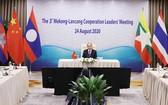 政府總理阮春福在視頻會議上講話。(圖源:越通社)