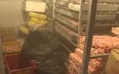 被職能力量突檢的冷凍庫存放大量來自動物的產品,如雞腳、雞腿、雞臀尖與雞腳骨等。(圖源:TN)