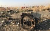 烏克蘭國際航空752號航班的發動機零件,在飛機爆炸後墜落附近,現場滿目瘡痍。(圖源:伊朗mehrnews.com)
