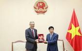 文體與旅遊部長阮玉善(右)向法國駐越南大使尼古拉斯‧華納贈送紀念品。(圖源:)