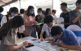 第二波疫情未爆發時,眾多大學畢業生前往市輔業勞務中心尋求就業機會。