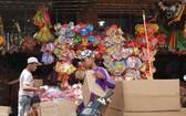 批售商將花燈裝入箱子運至各省銷售。