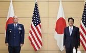 日本首相安倍晉三27日在官邸與訪日的美國太空司令部司令雷蒙德舉行會談。(圖源:共同社)