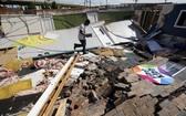 當地時間8月27日,美國德州橘縣的第一五旬節教堂被四級的勞拉颶風摧毀,班哲明·魯納幫助從兒童區收拾東西 。(圖源:AP)