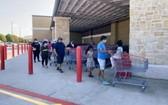 美國得克薩斯州休斯敦地區一超市外排起長隊,當地民眾為應對颶風災害而採購物資。