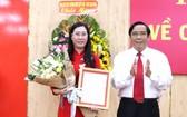 新任廣義省委書記裴氏瓊雲(左)接領人事委任《決定》。(圖源:廣義報)