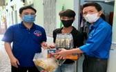 平陽省勞動聯團代表向受疫情影響的檳吉市貧困工人贈送食品。(圖源:金霞)