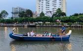 坐划船遊覽饒祿-氏藝行程備受遊客歡迎。(圖源:SBT)