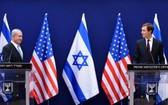 8月30日,以色列總理內塔尼亞胡(左)與美國總統高級顧問庫什納在耶路撒冷舉行聯合新聞發佈會。(圖源:EPA)