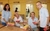 范興主任、陳月寶副主席向玉光精舍長者贈送禮物。