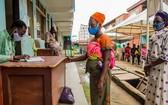 尼日利亞兩名婦女等待領取糧食署提供的食品換購券。(圖源:聯合國糧食署)