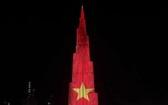 """9月2日,世界第一高塔-哈利法塔點亮越南國旗圖案,旨在祝賀""""九‧二""""越南國慶節。(圖源:視頻截圖)"""