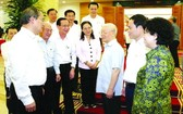 黨中央總書記、國家主席阮富仲與本市領導交談。
