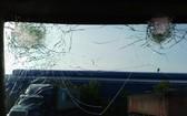 集裝箱車駕駛室的擋風玻璃遭人扔石頭砸破。(圖源:HD)