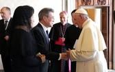 2018年10月16日,在教廷教皇廳,文在寅(左)與教皇方濟各親切交談。 (圖源:韓聯社)