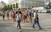 圖為西方遊客遊逛本市街頭。(示意圖源:互聯網)