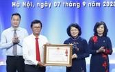 國家副主席鄧氏玉盛(右二)代表黨、國家領導向越南電視台頒授一等勞動勳章。(圖源:越通社)