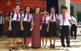 原國家副主席、韋阿英基金會主席張美華與少數民族學生在開學典禮上合照。