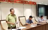 河內市市場管理局副局長阮明雄(左)在新聞發佈會上發言。(圖源:寶玲)