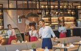 餐廳服務員與廚師手持各類廚具代替麥克風在餐廳引吭高歌。(圖源:耀基)