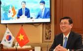 市人委會主席阮成鋒與韓國釜山市代市長邊充萬舉行視像會議。(圖源:越勇)
