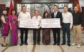 中國總領事館與越南中商會本市分會向芹苴市越華學校捐贈建校款項和助學金。