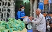 一名老大爺親自拿著廢舊塑料瓶來換取大米。(圖源:進達)