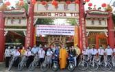 本市領導與釋慧功上座向華人家庭、清貧好學生贈送摩托車和自行車。