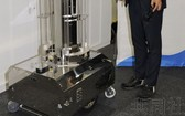 機器人射出紫外線的燈為可動式,下半部分安裝有車輪。(圖源:共同社)