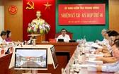 黨中央書記、中央檢查委員會主任陳錦秀(中)主持會議。(圖源:越通社)