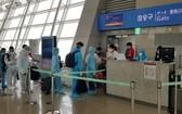 從韓國撤回的我國公民在機場辦理登機手續。(圖源:何珍)