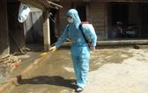 防疫人員在吉仙鎮民居區進行噴射消毒。(圖源:慶福)