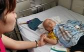 一名因寄生蟲引發腦膜炎的男病童入住芹苴市兒童醫院接受治療。(圖源:映雪)