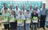 崇華華文中心向優秀生頒發獎學金及禮物。