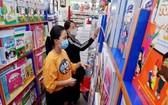 家長在平政縣阮文琚書店選購新學年教科書。