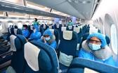 乘客在飛機上保持座位距離。(圖源:VNN)