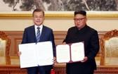 2018年9月19日,在朝鮮平壤,朝鮮國務委員會委員長金正恩(右)與韓國總統文在寅在簽署《9月平壤共同宣言》後合影。(圖源:新華社)