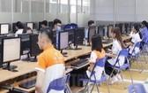 參賽者在守德技術高等學校參加理論考試。(圖源:市黨部新聞網)