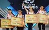 第20次攀登奧林匹亞峰總決賽冠軍阮氏秋姮(右二)高舉獎盃。(圖源:VTV News)